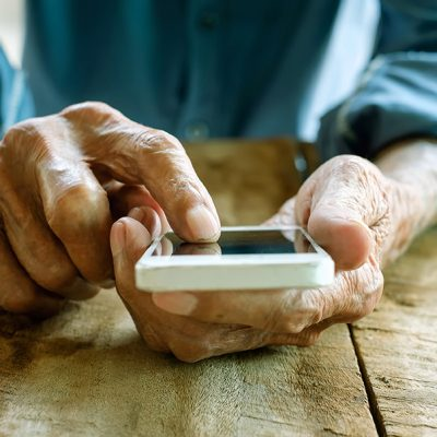 Close up of a old man using mobile smart phone ; Shutterstock ID 403327096; PO: CVN-Webseite