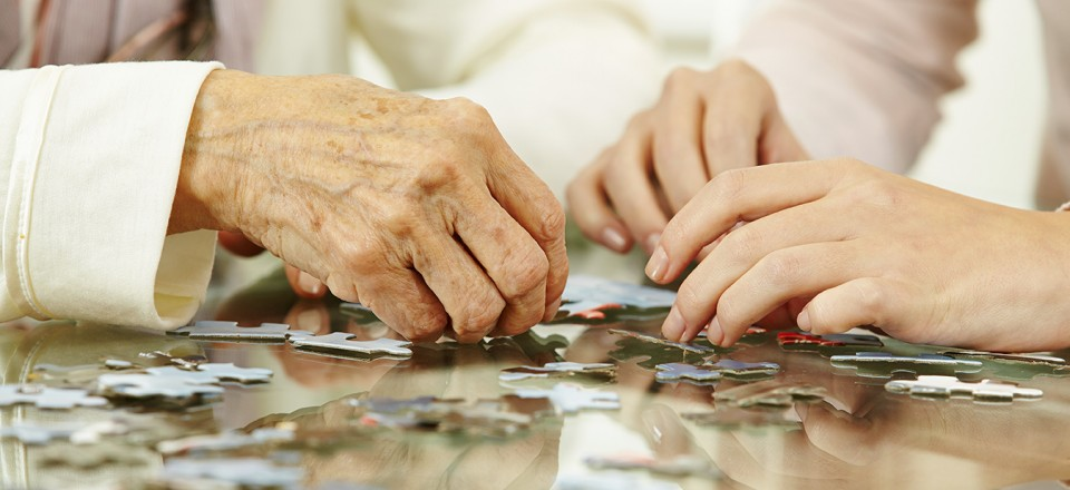 Old hands solving jigsaw puzzle in a nursing home; Shutterstock ID 166336454; PO: CVN-Webseite